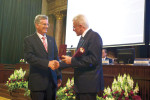 Herausragender Einsatz von Audi Hungaria bei der Bildung geehrt: Thomas Faustmann und Akademie-Präsident József Pálinkás (r.).