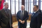 US-Senator John McCain (mi.) und Premier Viktor Orbán im ungarischen Parlament