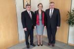 Verlässliche Freunde: MdB Karl Holmeier, Europa-Staatsministerin Enikő Győri und Botschafter József Czukor in der Botschaft von Ungarn in Berlin.