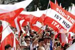 """Kundgebung zum Unabhängigkeitstag in Meran: je stärker und länger offenkundig ist, dass das Nationalstaatsprinzip in der EU allen Regionalisierungsbemühungen Grenzen setzt und ihnen in ihrer Heimat von vom römischen Zentralismus geprägten Italienern und in den staatlichen Behörden von Amtswaltern immer und immer wieder das """"Siamo in Italia"""" entgegengeschleudert wird, desto zahlreicher werden die Befürworter des Selbstbestimmungsverlangens."""