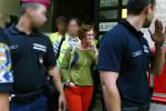 Verónika Móra, Leiterin Ökotárs, wurde abgeführt, um ihren Laptop aus ihrer Wohnung zu übergeben.  (Foto: Nóra Halász)