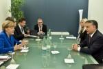 Viktor Orbán und Angela Merkel im Gespräch in Milano, wo es vorrangig um außenpolitische Fragen geht. (Foto: MTI)