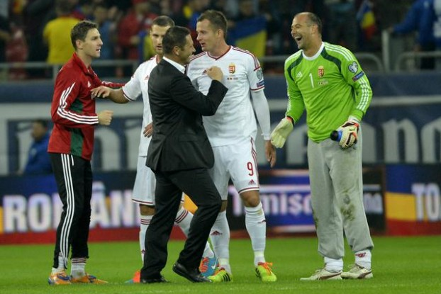 Trainer Pál Dárdai (mi.) freut sich mit seinen Spielern über das Unentschieden in Bukarest. MTI: Tibor Illyés