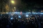Hoch mit den Smartphones - zum Protest auf dem József Nádor tér. Foto: Gergely Túry / HVG
