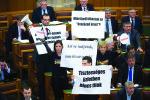 """LMP-Protest im Parlament: """"Warum muss das 'Geschäft des Jahrhunderts' geheim gehalten werden?"""" und """" Ihr wisst ja gar nicht, worüber ihr abstimmt."""""""