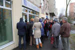 Buda-Cash - Sorban állnak a pénzükért Miskolcon