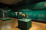 Ausstellungsraum mit Gegenständen der Hofkultur aus dem Alten China.