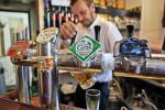 Lagern, Flaschen abfüllen, Etikett gestalten, Bier zu den Kunden bringen – nach langem Arbeitstag trinkt auch Günther Thömmes ein Feierabendbier, handwerklich gebraut natürlich.