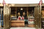 Rustikaler Charme und Kaffeeduft: Diese beiden Komponenten locken Gäste schon von Weitem zum Bistro-Stand des ÉS Deli, dem Neuzugang im Erdgeschoss des Kempinski Hotel Corivinus Budapest.