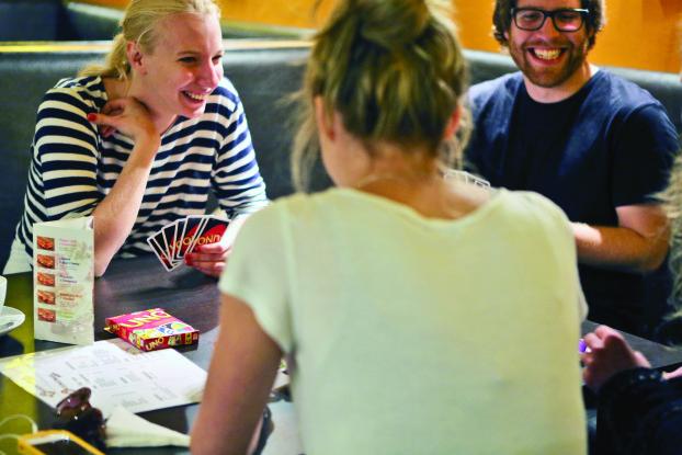 irSpaß garantiert: Hier einigen sich selbst die unterschiedichsten Freunde auf ein Spiel. (BZT-Fotos: Nóra Halász)