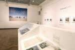 Neben den eindrucksvollen Farbfotografien werden auch zugehörige Publikationen und persönliche Dokumente des Künstlers ausgestellt. (BZT-Fotos: Nóra Halász)