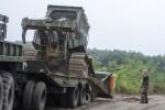 Mitglieder des Militärs bauen in Südungarn eine Probeversion des geplanten Grenzzauns.