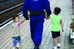 Es geht auch anders: Viele Polizisten sind auch dieser Tage bemüht, ihre gutmütige Seite nicht zu verlieren. (Foto: Reuters)