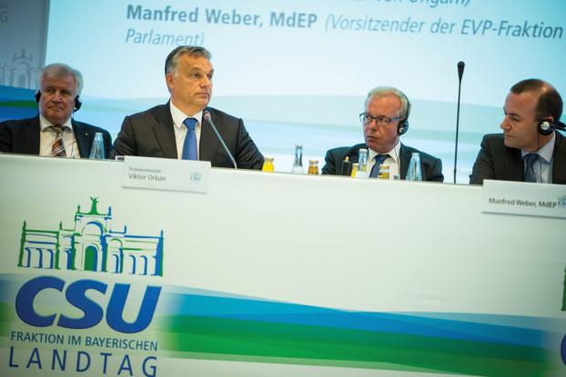 """Premier Viktor Orbán zusammen mit Horst Seehofer (l.) vor der CSU-Fraktion: Warnung vor """"moralischen Imperialismus"""" der Bundesregierung. (Foto: MTI / MEH Miklós Kobza)"""