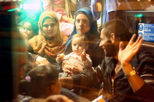 Nach anfänglichem Zögern bestiegen die Flüchtlinge doch die Busse.