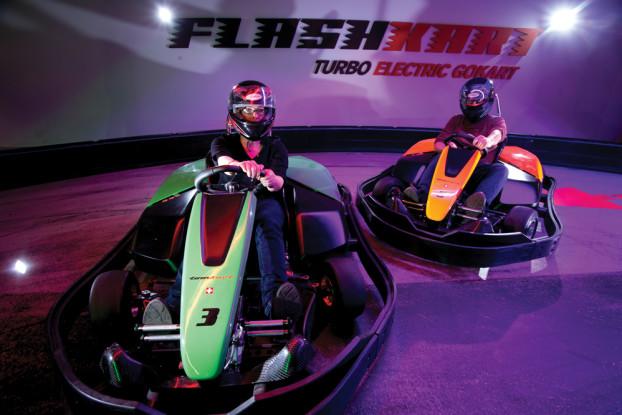 Die elektrischen Flitzer von FlashKart bieten intensiven Fahrspaß. Auf der vielfach gewundenen Strecke kommt es dabei vor allem auf die Kurven an.