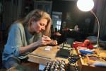 inAls gelernte Goldschmiedin kennt Lőrincz alle Tricks und Kniffe terpretieren. Diese Kommunikation im Umgang mit den edlen Materialien. Hier bei der Arbeit in ihrem Atelier im Budaer II. Bezirk. (BZT-Fotos: Nóra Halász)