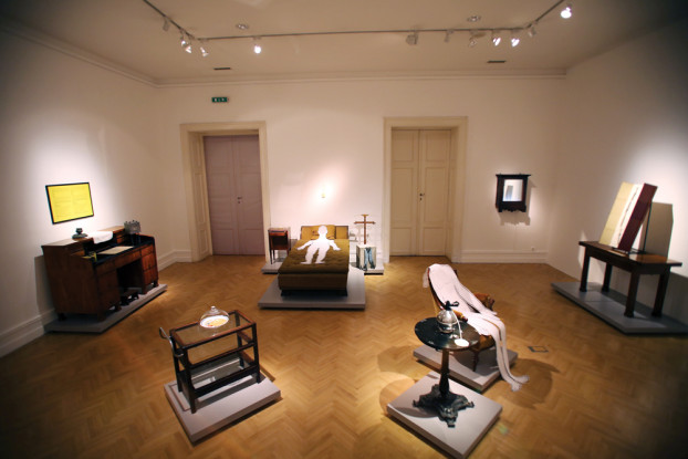 """Die Ausstellung """"(Illusion) Interior"""" zeigt Museumsrelikte und moderne Kunst in einer bunten Mischung. (BZT-Fotos: Nóra Halász)"""